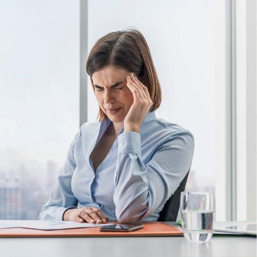 Mujer con dolor de mandibula y bruximo